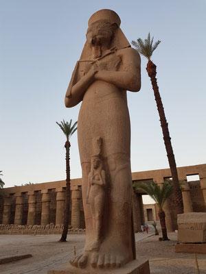 13 Meter hohe Kolossalstatue von Ramses II., zwischen seinen Beinen seine Tochtergemahlin Meritamun