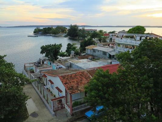 Blick von der Dachterrasse des Palacio de Valle auf die Bucht von Jagua