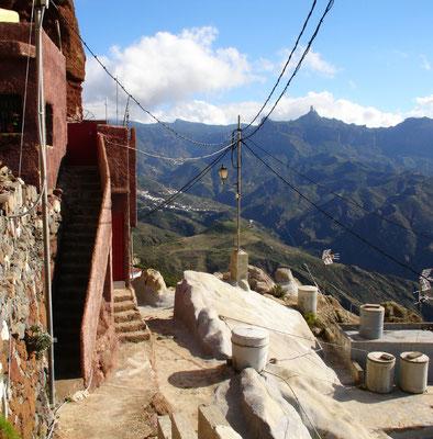 Höhlendorf Artenara, höchstgelegener Inselort (1270 m), Blick nach Südosten zum Roque Nublo auf 1813 m Höhe