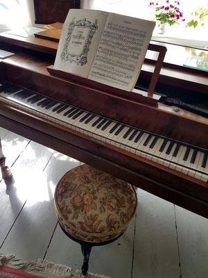 """Storms geliebtes Ibach Tafelklavier, """"das selten einen Tag lang unberührt"""" blieb. """"Die Musik ist wieder, wie in früheren Zeiten, Begleiterin meines Lebens."""" (Storm am 6.4.1860)"""