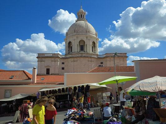 Trödelmarkt (Feira de Ladra), im Hintergrund National Pantheon