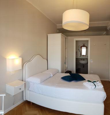 B&B Attico 195, mein Schlafzimmer (durch die Technik des Panoramafotos erscheint die Matratze gebogen)