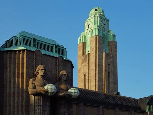 Hauptbahnhof Helsinki, Uhrturm und Figuren an der Fassade, mit Elementen des Jugendstils und des Neoklassizismus