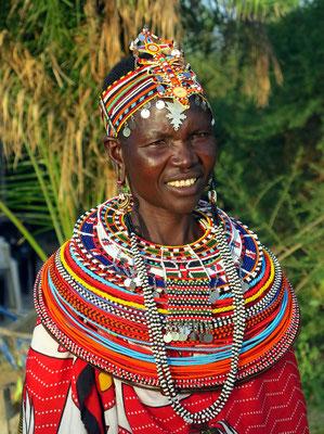 Samburo-Frau mit ihrem typischen Schmuck, Perlenhalsring, Stirnband und perlenverzierte Ohrgehänge