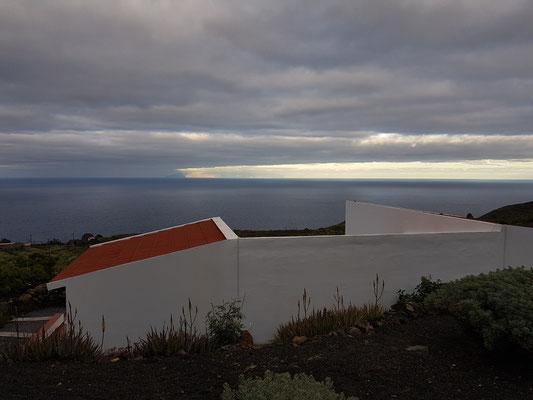Blick von der Terrasse des Ferienhauses El Lucero über das Dach von El Lucerito zum Meer, am Horizont die Insel La Gomera