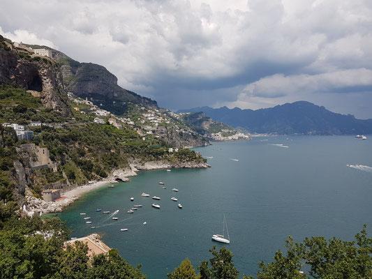 Blick auf die Amalfiküste nach Osten über Amalfi hinaus, oben am Hang Monastero Santa Rosa
