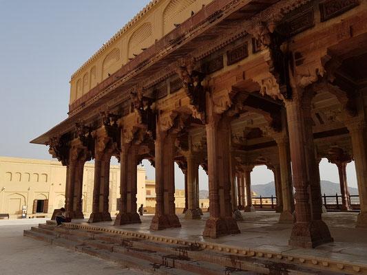 Mit hinduistischen Schmuckelementen versehene elegante Säulenhalle Diwan-e-Aam für öffentliche Audienzen