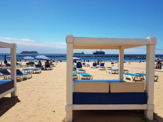 Playa de Las Teresitas. Kreuzfahrtschiffe im Hintergrund liegen auf Reede wegen Lockdown in Zeiten der Corona-Pandemie.