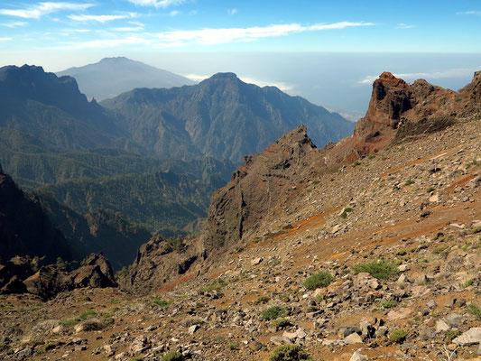 Blick vom Mirador de los Andenes in 2276  Meter Höhe nach Süden in die Caldera de Taburiente, im Hintergrund die knapp 2000 m hohe Cumbre Vieja