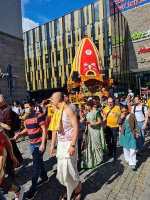 Ein Hare-Krishna-Umzug im Zentrum von Leipzig