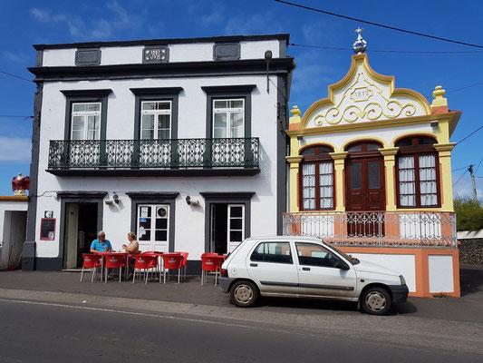 Casa de Pasto in Biscoitos, daneben eine Heiliggeistkapelle