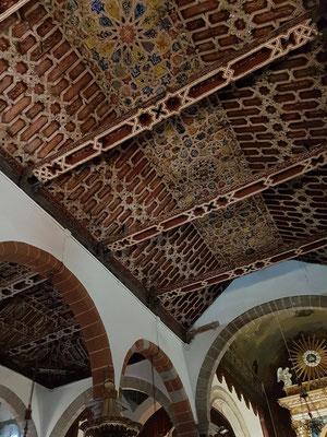 Iglesia Matriz de El Salvador mit kunstvoll bemaltem Mudejar-Holzschnitzwerk an der Kassettendecke
