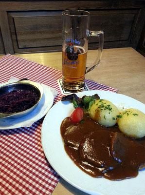 Sauerbraten mit Klößen und Blaukraut, dazu Fässla-Lagerbier (untergäriges Vollbier 5,5 % Alkohol)