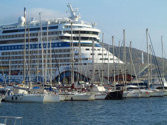 AIDAmar hinter dem Sporthafen von Cartagena