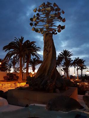 Abendliches Puerto de la Cruz, mit Skulptur von César Manrique vor der Costa Martiánez