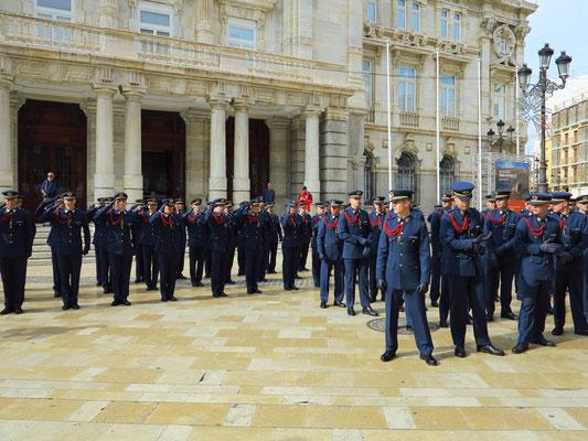 Marinesoldaten vor dem Ayuntamiento de Cartagena