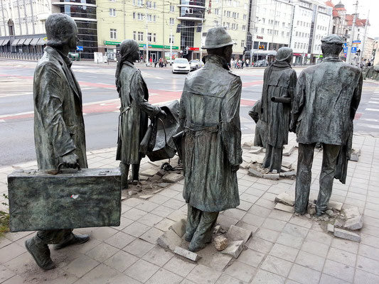 Pomnik Anonimowego Przechodnia. Breslauer sehen darin ein Denkmal für die Zeit nach dem 13.12.1981, des Kriegsrechts und der Untergrundbewegung.