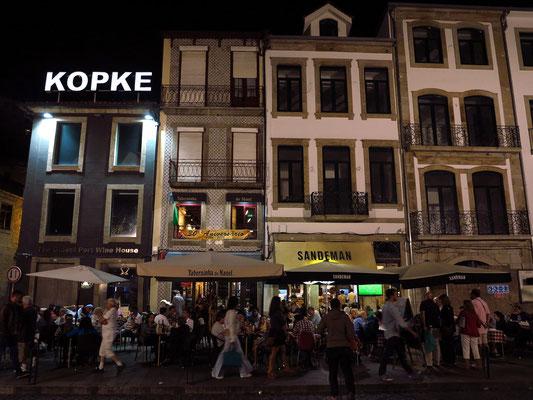 Abendliches Straßenleben in Vila Nova de Gaia