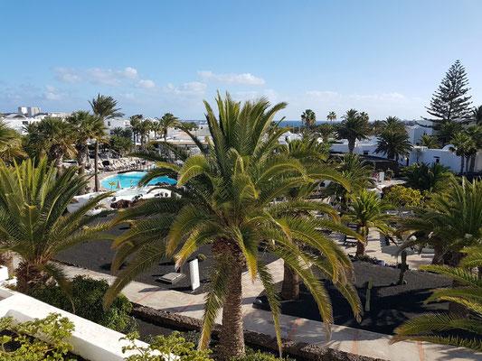 Hotel H10 Suites Lanzarote Gardens in Costa Teguise. Blick vom Balkon unseres Appartments 335 auf die Poollandschaft