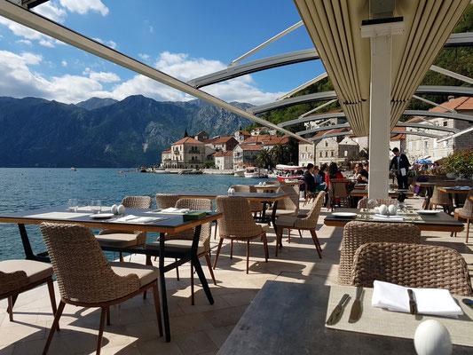 Restaurant an der Kaimauer des Hotels Iberostar Grand Perast