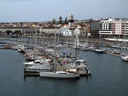 Blick vom Hafen auf die Stadt Ponta Delgada