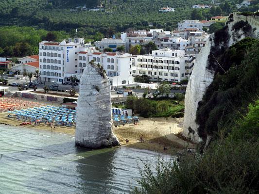 Vieste, Pizzomunno (Kalkfelsen) an der Spiaggia della Scialara