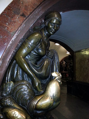 Plošćad' Revoljucii. Die 76 Bronzeskulpturen von Matvey Manizer stellen Menschen in der Sowjetunion dar.