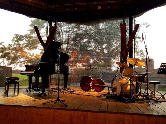 Bühne mit dem Musikequipment für das Marie Séférian Quartett