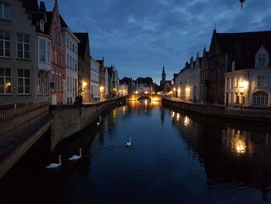 Abendliches Brügge. Blick von der Potterierei zur Konigstraat-Brücke
