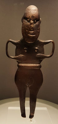 Bronzestatuette, (Kopie), 1100 -700 v. Chr. , Fundort: Klein-Zastrow, Ostvorpommern - Darstellung einer Fruchtbarkeitsgöttin? Das Original ist seit dem 2. Weltkrieg verschollen.