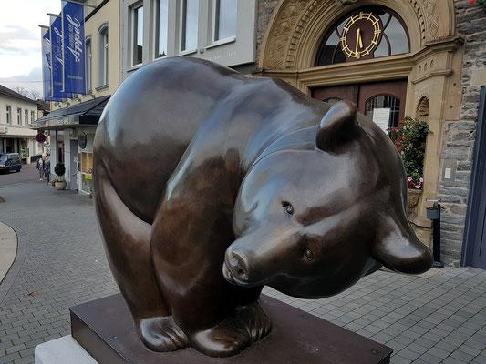 Ausstellung von Tierplastiken in Saarburg (bis Oktober 2017), Bärenskulptur von Michel Bassompiere vor dem Rathaus
