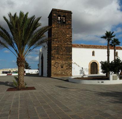 La Oliva, Dreischiffige Pfarrkirche mit festungsartigem Turm aus dunklem Lavagestein, Anfang des 18. Jh.