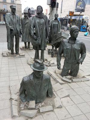 Zweigeteilte Skulpturengruppe an der Ecke Ul. Pilsudskiego/Ul. Swidnicka (Pomnik Anonimowego Przechodnia), Kunstwerk von Jerzy Kalina