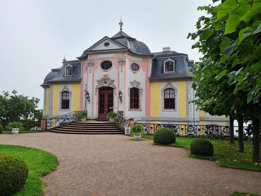 Rokokoschloss, das mittlere und jüngste der drei Dornburger Schlösser, 1747. Ab 1776 nutzte Johann Wolfgang von Goethe als herzoglicher Minister das Schloss bei dienstlichen Aufenthalten im Amt Dornburg als Quartier.