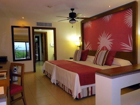 Blick von der unteren auf die obere Ebene mit breiten Twin-Betten
