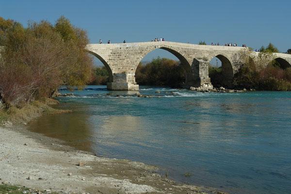 Bei Aspendos quert die aus dem Mittelalter erhaltene Eurymedonbrücke den Fluss.