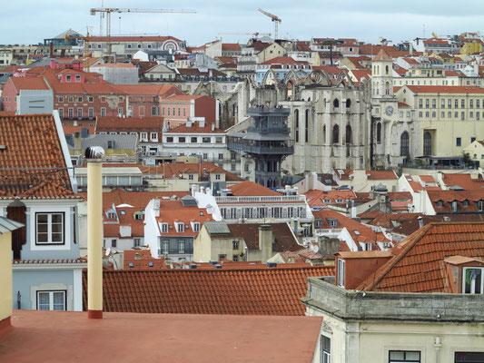 Blick vom Miradouro do Castelo de São Jorge auf die Unterstadt mit dem Elevador de Santa Justa