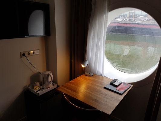 Zimmer 44 mit Arbeitstisch und Bullauge