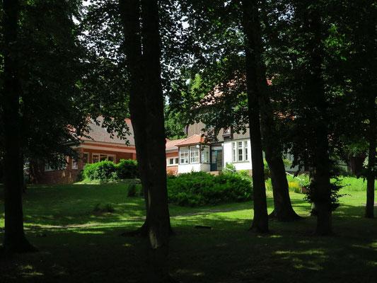 Gerhart-Hauptmann-Haus in Kloster (Hiddensee), Kirchweg 13. Hier lebte und arbeitete Hauptmann mit Frau Margarete in den Sommern 1926 bis 1943.