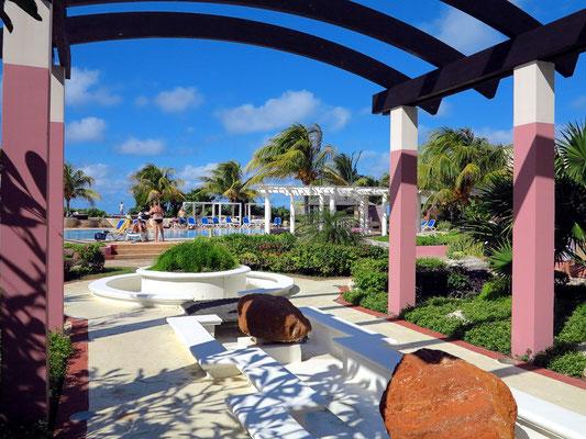 Blick von der Eingangshalle zum Pool