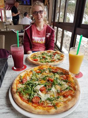 Letztes Mittagessen im Restaurante Costa Italy: Pizza Josef mit Käse,  Parmesankäse, Rucola, frische Tomaten und Pilzen