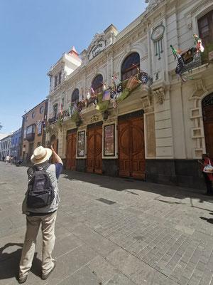 Der Fotograf vor dem Teatro Leal (Foto: Sabine N. Hernández)