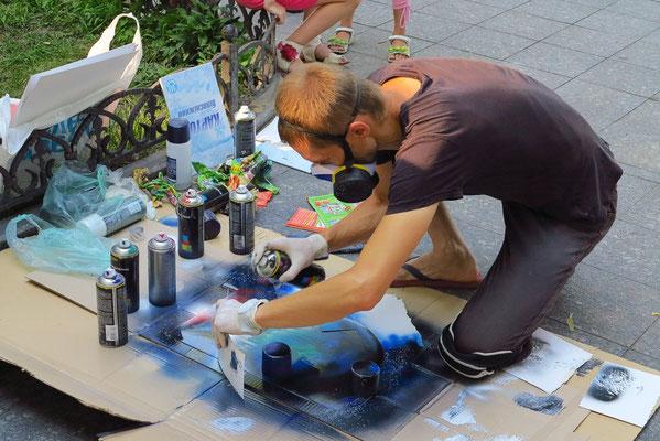 Straßenkünsler mit Spray-Technik