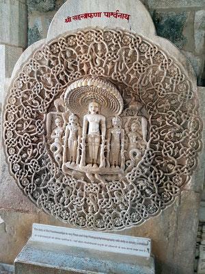 Parshvanata in Medaillon, vom tausendköpfigen Schlangengott Dharanendra gegen einen mächtigen Sturm beschützt, den der Titan Meghamalin entfesselt hatte