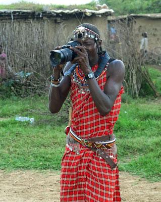 Ein Massai fotografiert Touristen.