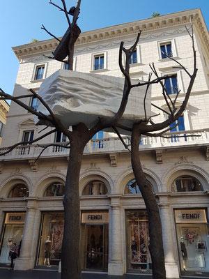 Kunstwerk an der Einmündung der Via Tomacelli in die Via del Corso