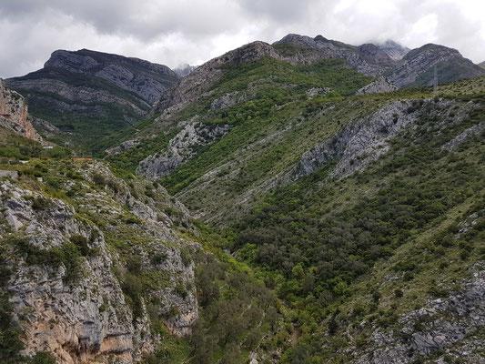 Blick von der Festung Stari Bar nach Osten ins Gebirge mit Fluss Vruca rijeka