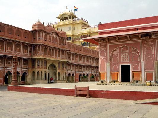 Chandra Mahal. Oben ist die Flagge der königlichen Familie zu sehen.