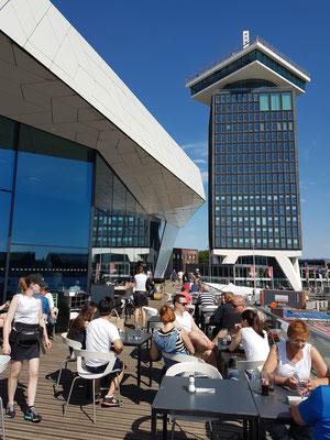 EYE Filmmuseum, Café. Blick auf den Shell-Tower mit dem A'DAM Lookout