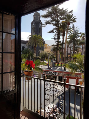 Blick aus dem Salon zur Iglesia de Nuestra Señora de la Peña de Francia